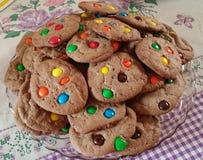 与色的下落的Chocolat曲奇饼 免版税库存图片