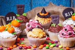 与色的乳香树脂装饰的万圣夜杯形蛋糕 免版税库存照片