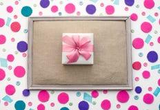 与色的五彩纸屑箱子的装饰欢乐背景有礼物的 图库摄影
