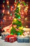 与色的光和礼物的美丽的圣诞树 图库摄影