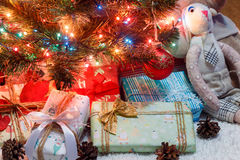 与色的光和礼物的美丽的圣诞树 免版税图库摄影