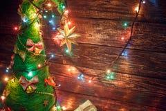 与色的光和礼物的美丽的圣诞树 免版税库存图片
