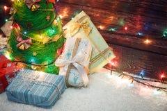 与色的光和礼物的美丽的圣诞树 库存照片