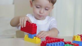 与色的块的儿童游戏在特写镜头桌上 影视素材