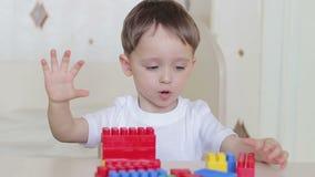 与色的块的愉快的儿童游戏在特写镜头桌上 股票录像