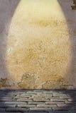 与色的墙壁和鹅卵石路面地板的背景 免版税库存照片
