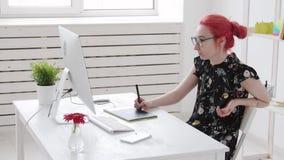 与色的头发工作的照片编辑程序使用了图形输入板在计算机并且抽vape 影视素材
