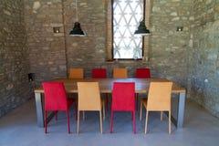 与色的椅子的表在一个土气顶楼 免版税库存照片