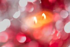 与色的模糊的轻的圈子和一个热的蜡烛的欢乐背景 图库摄影