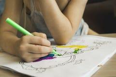 与色的毡尖的笔的图画教训 库存照片