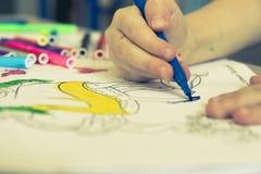 与色的毡尖的笔的图画教训 免版税库存图片