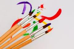 与色的油漆的刷子 免版税图库摄影