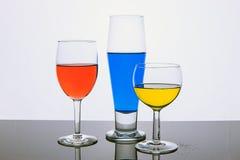 与色的液体的三块玻璃 免版税库存照片