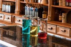 与色的液体的三块berzelius玻璃 库存图片