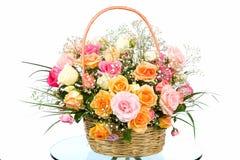 与色的玫瑰的篮子 库存照片