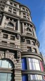 与色的玻璃窗的隐约地出现的大厦 免版税库存照片
