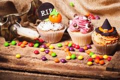 与色的装饰的万圣夜杯形蛋糕 库存图片