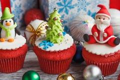 与色的装饰的圣诞节杯形蛋糕 免版税库存照片