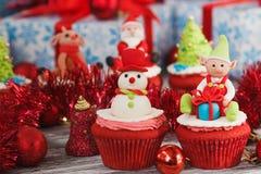 与色的装饰的圣诞节杯形蛋糕 库存图片