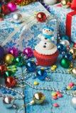 与色的装饰的圣诞节杯形蛋糕 图库摄影