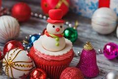 与色的装饰的圣诞节杯形蛋糕 库存照片
