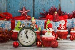 与色的装饰的圣诞节杯形蛋糕 免版税图库摄影