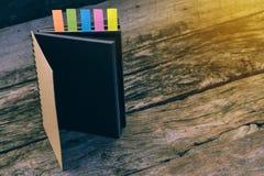 与色的选项的日志 与笔记本的五张五颜六色的书签, 免版税库存照片
