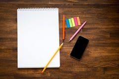 与色的铅笔和笔记本的工作区在老 免版税库存图片