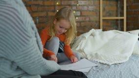 与色的铅笔的母亲和女儿凹道 影视素材