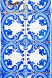 与色的陶瓷砖的典型的葡萄牙装饰 免版税图库摄影