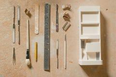 与艺术和工艺工具的比例模型大厦 库存图片
