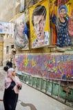 与艺术家商店的街道场面在开罗老镇埃及 免版税库存图片