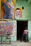 与艺术家界面的街道场面在开罗老城镇在埃及 库存图片