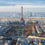 与艾菲尔铁塔的巴黎地平线在战神广场 图库摄影