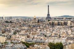 与艾菲尔铁塔的巴黎地平线 免版税库存图片