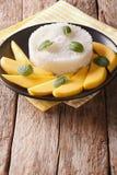 与芒果特写镜头的泰国甜黏米饭在一个黑色的盘子 ver 免版税库存图片