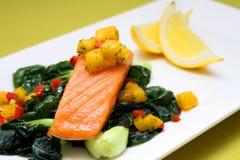 与芒果辣调味汁的鲑鱼排 库存图片