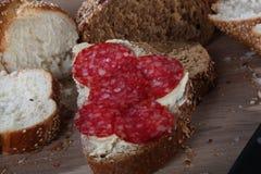 与芝麻、黄油和香肠特写镜头的面包 免版税库存照片