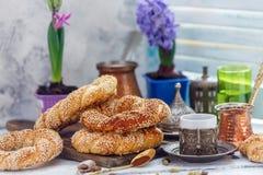 与芝麻籽和咖啡的土耳其百吉卷早餐 库存照片