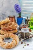 与芝麻籽和咖啡的土耳其百吉卷早餐 免版税库存图片