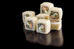 与芝麻籽的开胃寿司卷在一个黑背景特写镜头 库存照片
