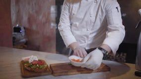 与芝麻菜和盐味的三文鱼的三明治在restaurnt烹调紧密  做鲜美食物为的无法认出的厨师 股票视频