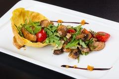与芝麻菜和西红柿的蘑菇沙拉 免版税库存照片