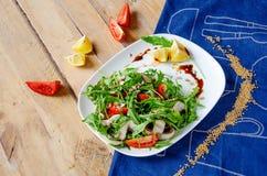 与芝麻菜,蘑菇,在柠檬蜂蜜调味汁的蕃茄的新鲜的清淡的沙拉 概念吃健康 适当的营养 库存图片