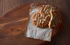 与芝麻籽和甜点的自创曲奇饼 亲人的曲奇饼 背景许多饺子的食物非常肉 可能 库存图片
