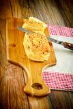 与芝麻籽的切的面包在一个木板 免版税图库摄影
