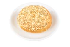 与芝麻籽的开胃小圆面包在玻璃茶碟 图库摄影