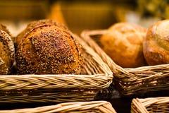 与芝麻籽的鲜美和开胃小圆面包 免版税库存照片