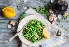 与芝麻菜、乳酪、杏仁、柠檬和橄榄的新鲜的蔬菜沙拉 免版税图库摄影