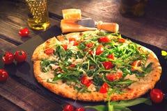 与芝麻菜、乳酪、酸奶和西红柿的薄饼Caprese 图库摄影